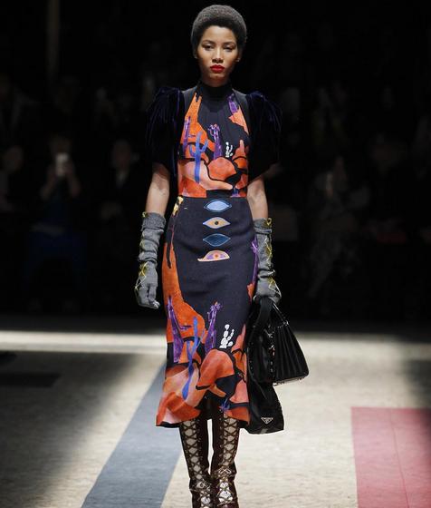 Prada abito multicolor, handbag e guanti lunghi