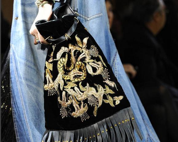 Roberto Cavalli dettaglio borsa in velluto con ricami