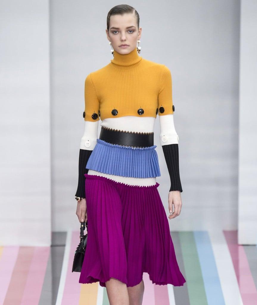 Salvatore Ferragamo gonna viola plissettata con maglioncino a righe multicolor