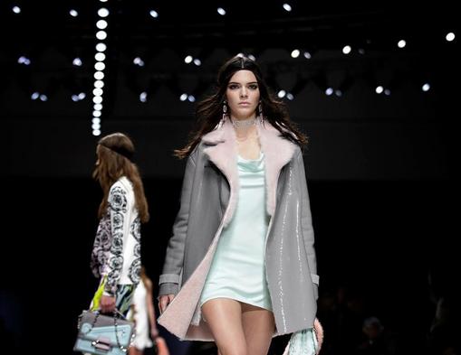 Versace, Kendall Jenner con mini dress menta e coat con pelliccia