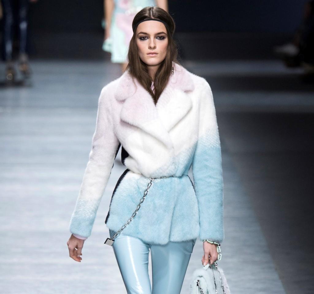 Versace pelliccia corta dai colori pastello