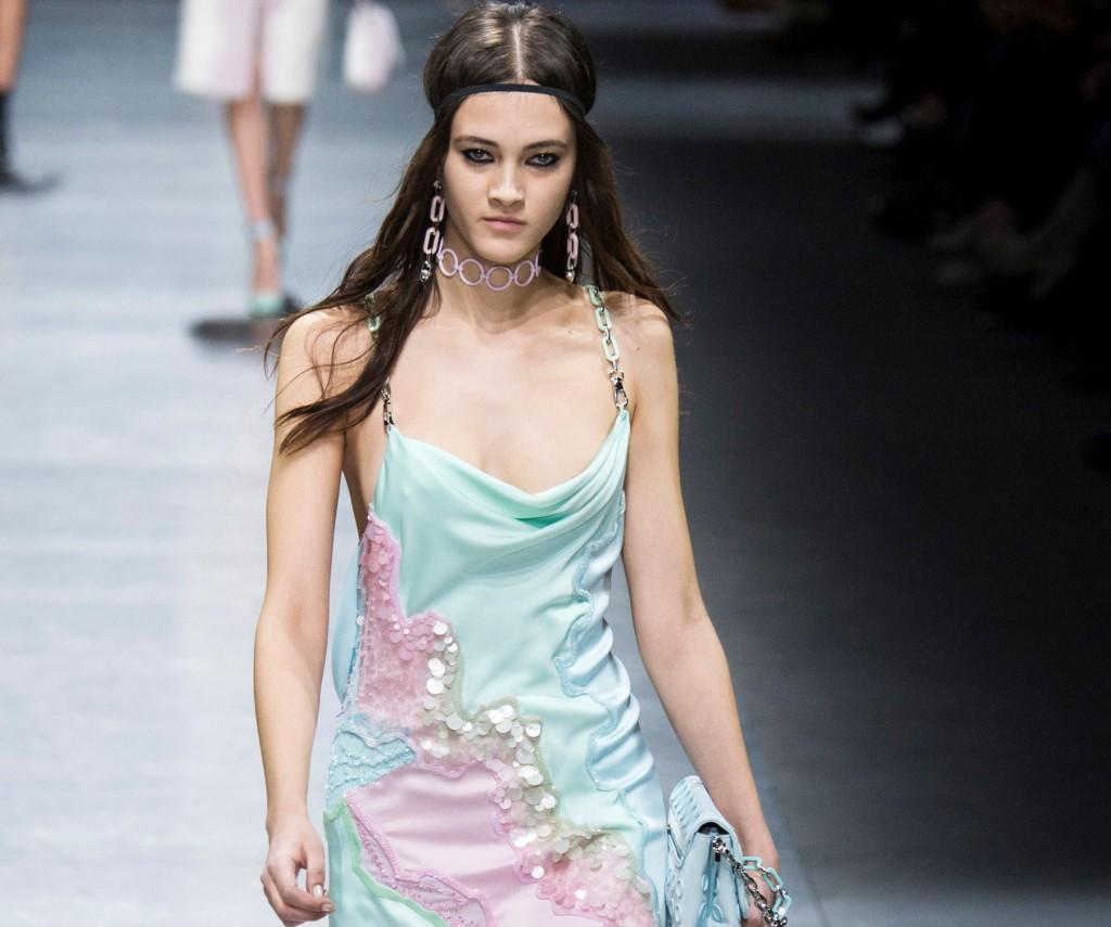 Versace abito dai colori pastello e con paillettes