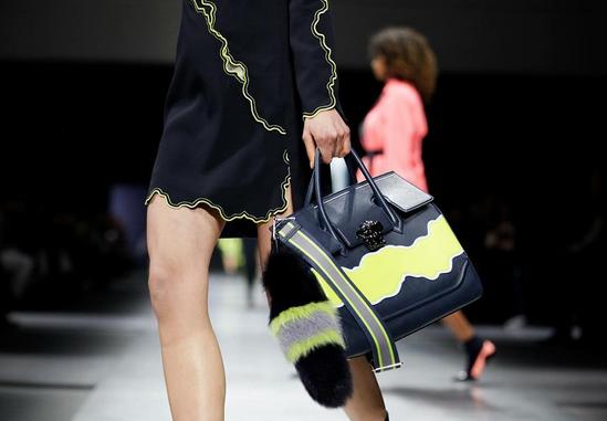 Versace dettaglio fur sulla borsa