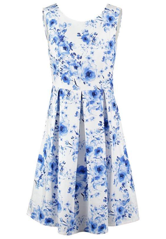 Stile romantico con un abito bianco a stampa floreale blu carta da zucchero. Di Mint&Berry