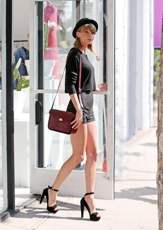Tacchi vertiginosi, tracollina e shorts neri. Uno stile sofisticato e sicuramente da imitare