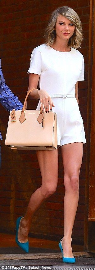 Taylor è raggiante anche in un completo total white