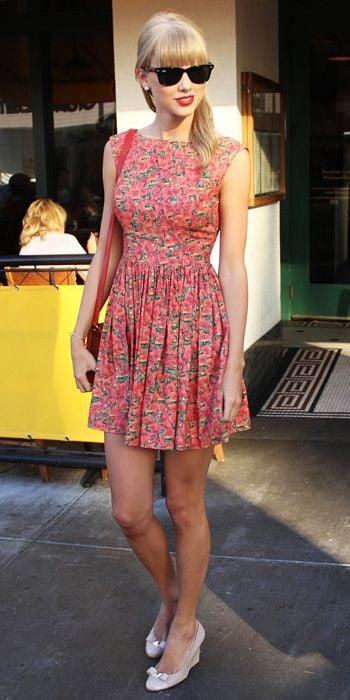 Le fantasie floreali sono tra le preferite di Taylor Swift e le sfoggia spesso nei suoi abiti multicolor