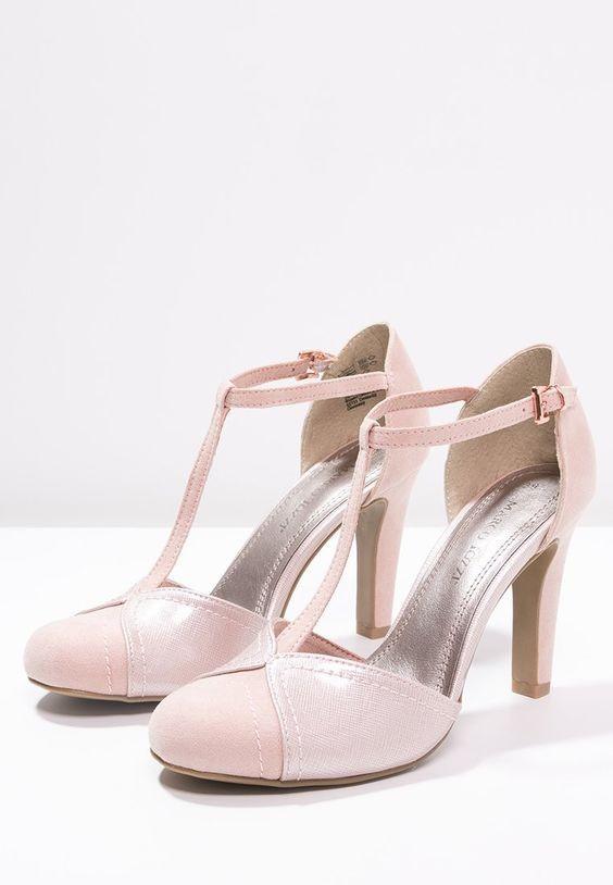 Modello Mary Jane, queste scarpe sempre attuali in un elegante color cipria, di Marco Tozzi