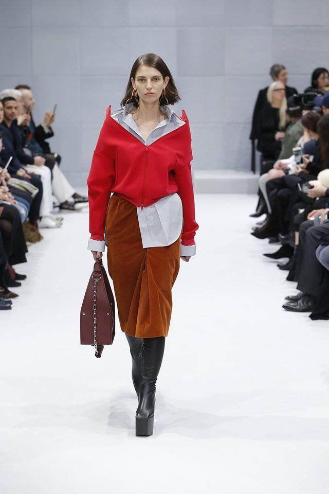 Le giacche con scolli che valorizzano spalle e collo sono uno dei capisaldi della proposta Balenciaga FW 2016-2017. Photo credits: Balenciaga of Facebook