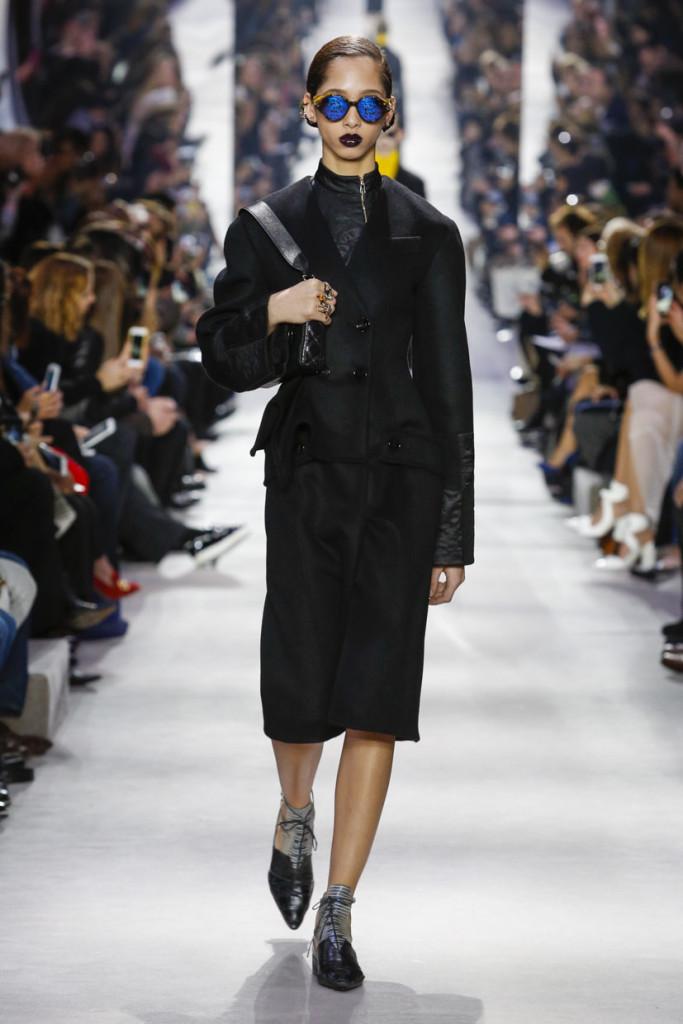 Il nero è uno degli elementi chiave della proposta Dior FW 2016-2017. Photo credits: dior.com