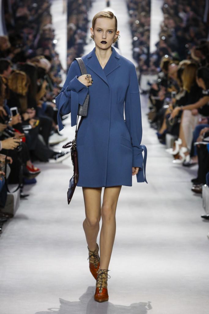 I cappottini easy caratterizzano la collezione Dior FW 2016-2017. Photo credits: dior.com