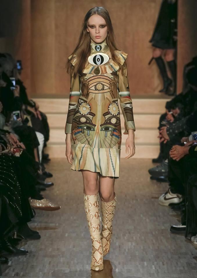 Abito con simboli egizi, oro, cuissard in pitone: la summa dello stile della collezione Givenchy FW 2016-2017. Photo credits: Givenchy on Facebook
