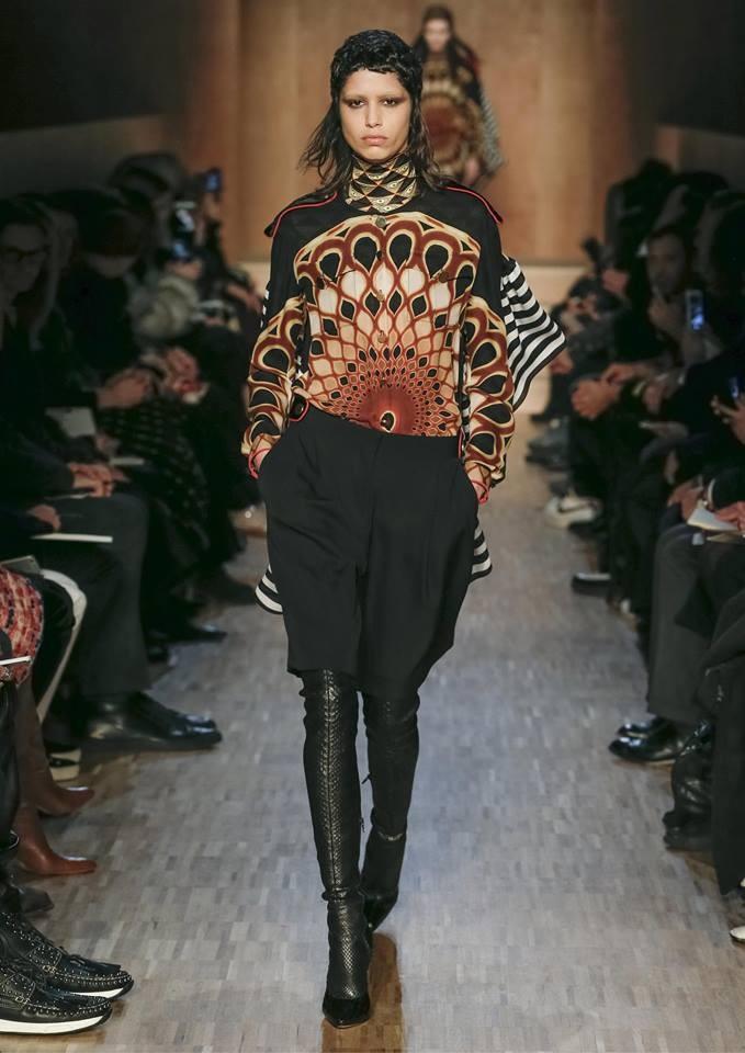Le piume di pavone sono un leit motiv della collezione Givenchy FW 2016-2017. Photo credits: Givenchy on Facebook