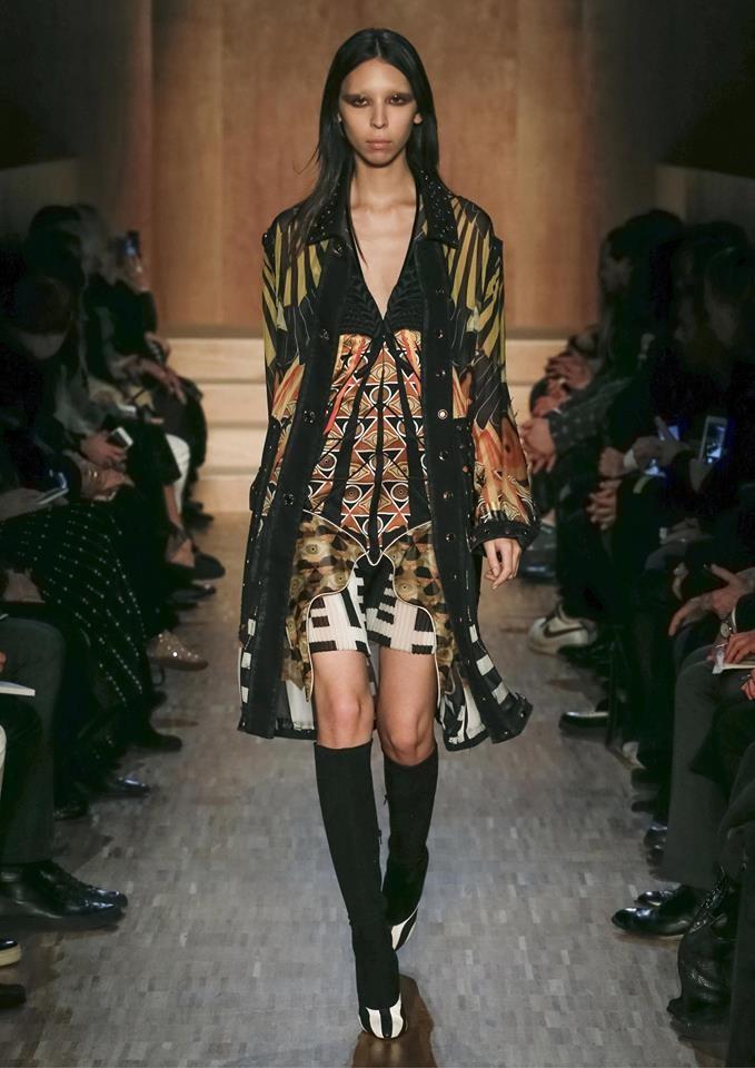 Linee pulite e ricchi decori caratterizzano la collezione Givenchy FW 2016-2017. Photo credits: Givenchy on Facebook