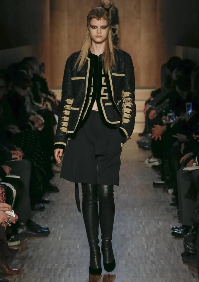 Le giache di ispirazione militare mitigano l'aspetto più opulento della collezione Givenchy FW 2016-2017. Photo credits: Givenchy of Facebook