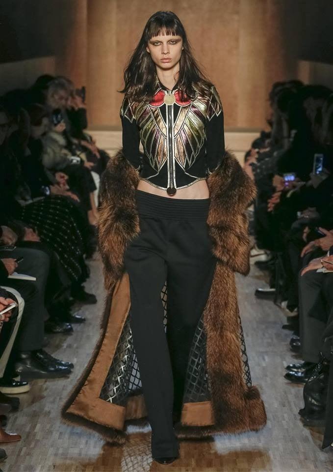 Il lusso è dato da dettagli di stile come un bordo di pelliccia nella proposta Givenchy FW 2016-2017. Photo credits: Givenchy of Facebook