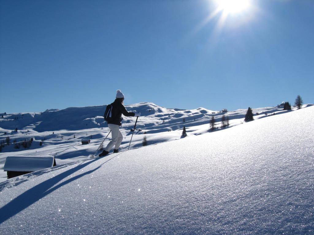La ciaspolata di primavera è una delle attività più divertenti da fare in montagna approfittando delle ultime nevicate.