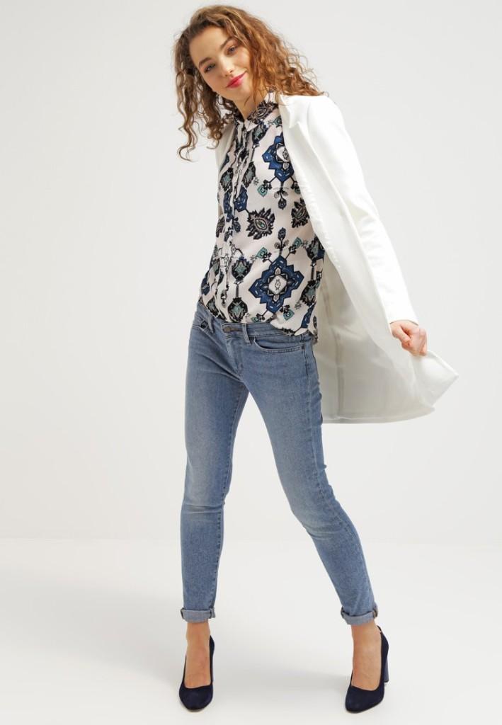 Cappotto corto white KIOMI con jeans skinny e camicetta fantasia