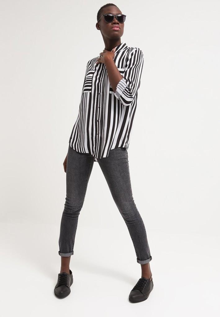 Levi's® 711 SKINNY - Jeans slim fit, desert raven con camicia a righe bianche e nere