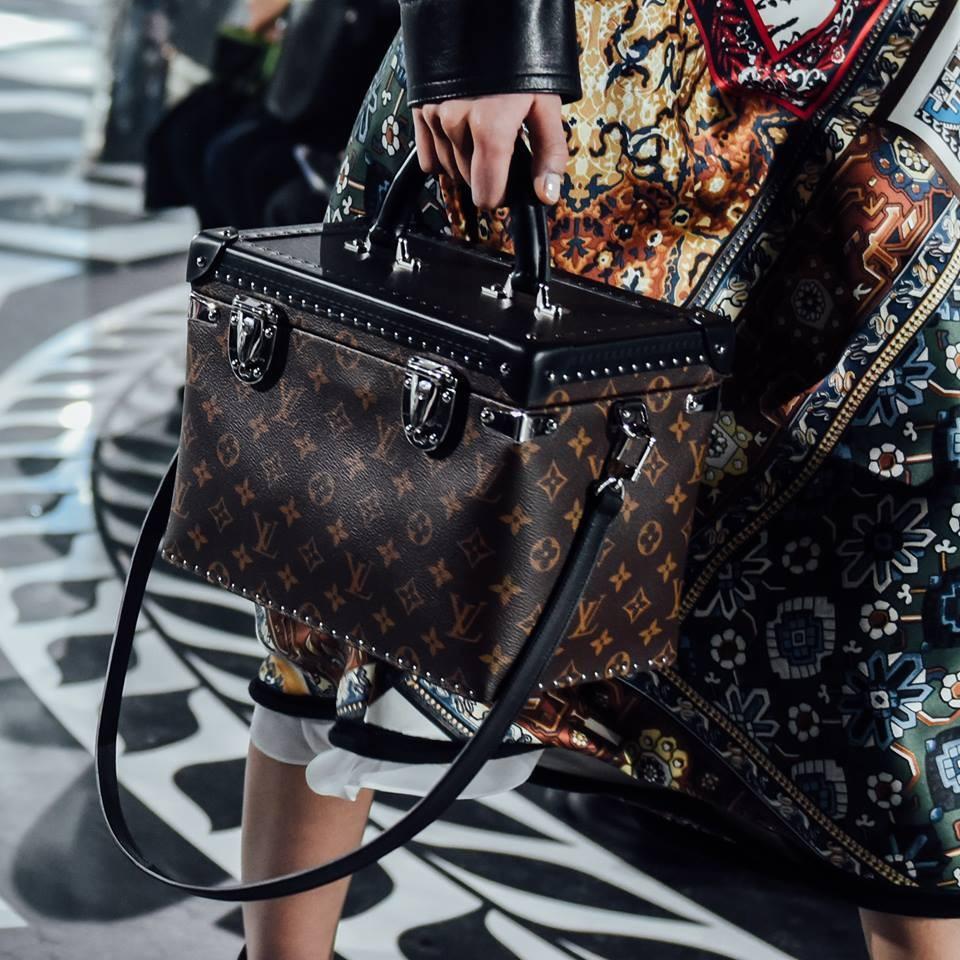 Il celebre bauletto LV nella proposta Louis Vuitton FW 2016-2017. Photo credits: Louis Vuitton on Facebook