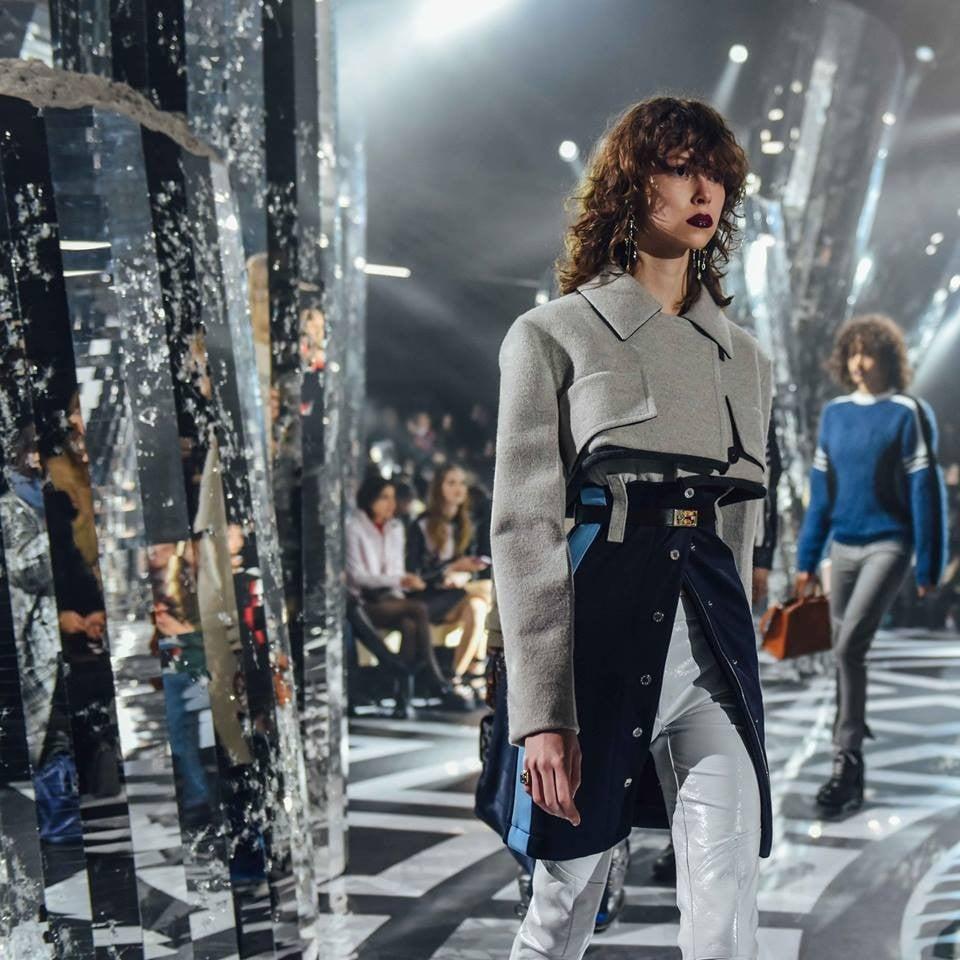 Nicolas Ghesquière rivisita le creazioni del passato secondo il gusto di oggi per Louis Vuitton FW 2016-2017. Photo credits: Louis Vuitton on Facebook