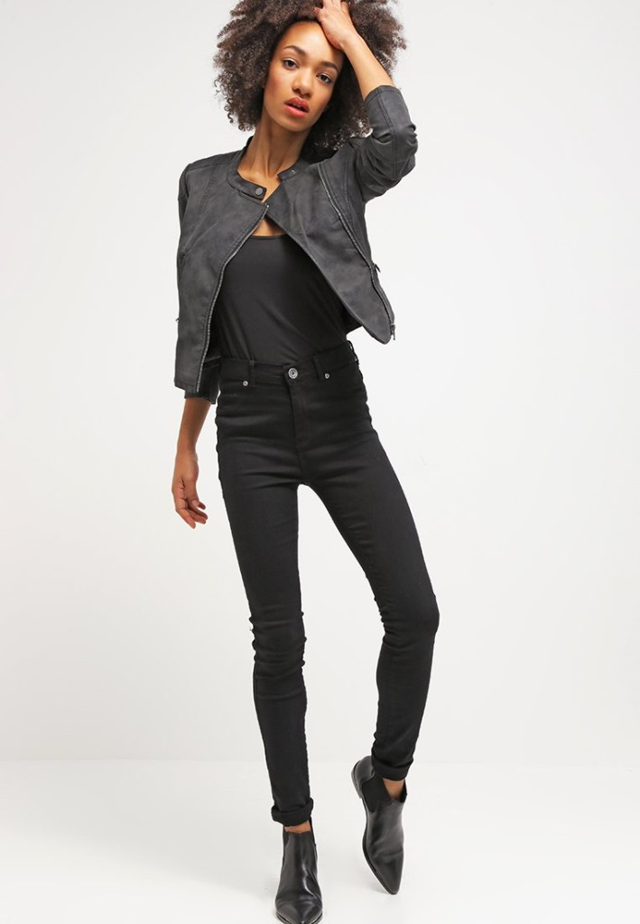 Giacca in fintapelle nera ONLY, ONLFEEBE abbinata a pantaloni super skinny e maglia in cotone