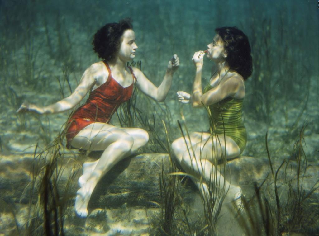 J. BAYLOR ROBERTS Stati Uniti 1944 Due nuotatrici si esibiscono mettendosi il rossetto sott'acqua a Wakulla Springs, vicino Tallahassee, in Florida.
