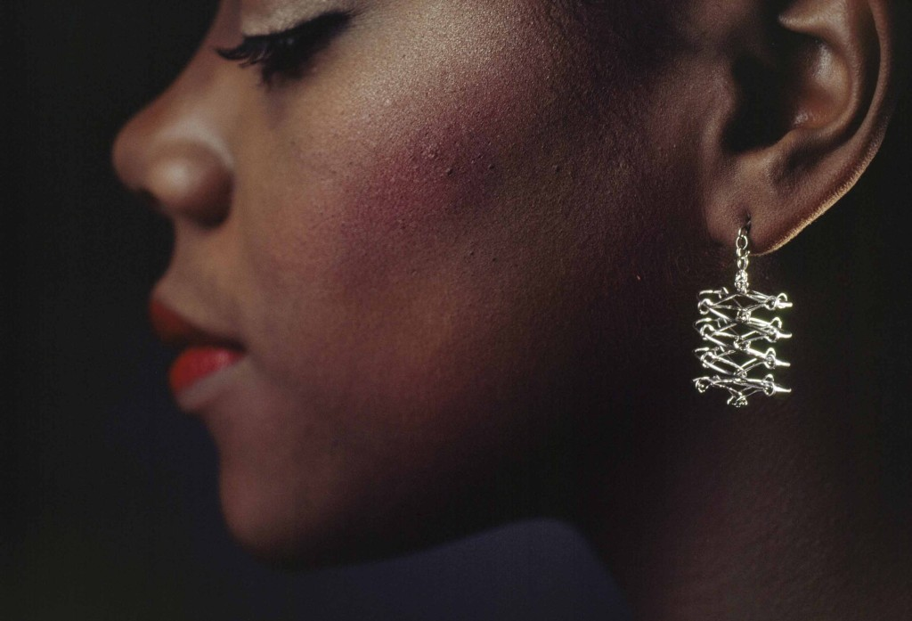 JAMES L. AMOS Località non indicata 1981 Una giovane donna posa con indosso orecchini di platino.