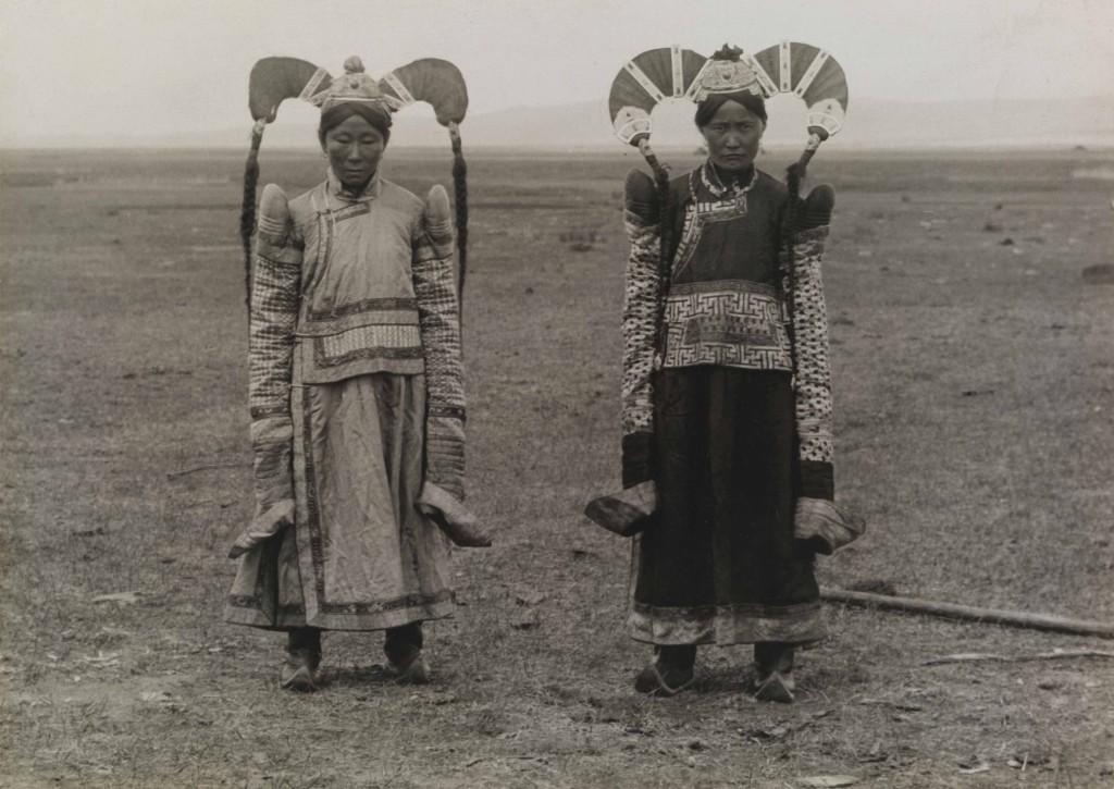 HORACE BRODZKY Mongolia 1921 Le acconciature di queste donne sono il simbolo della loro ricchezza.