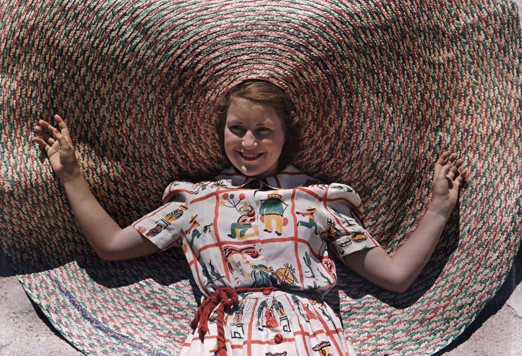 LUIS MARDEN Stati Uniti 1939 Una ragazza indossa un originale cappello di paglia intrecciata tipico del Texas.