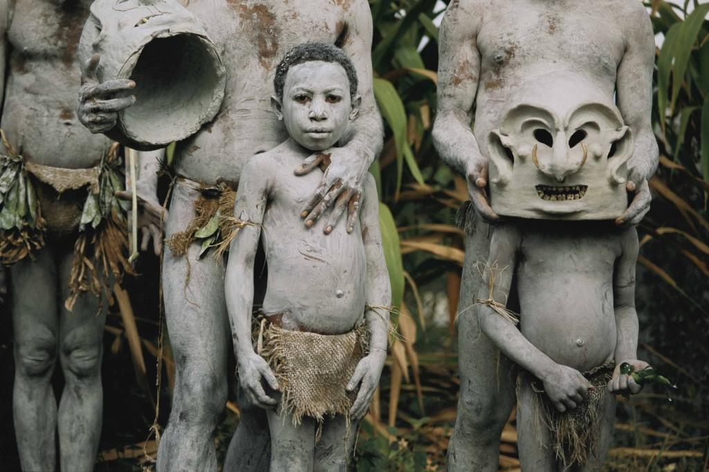 """JODI COBB Papua Nuova Guinea 2000  Giovani """"uomini di fango""""all'annuale festival tribale di Goroka."""