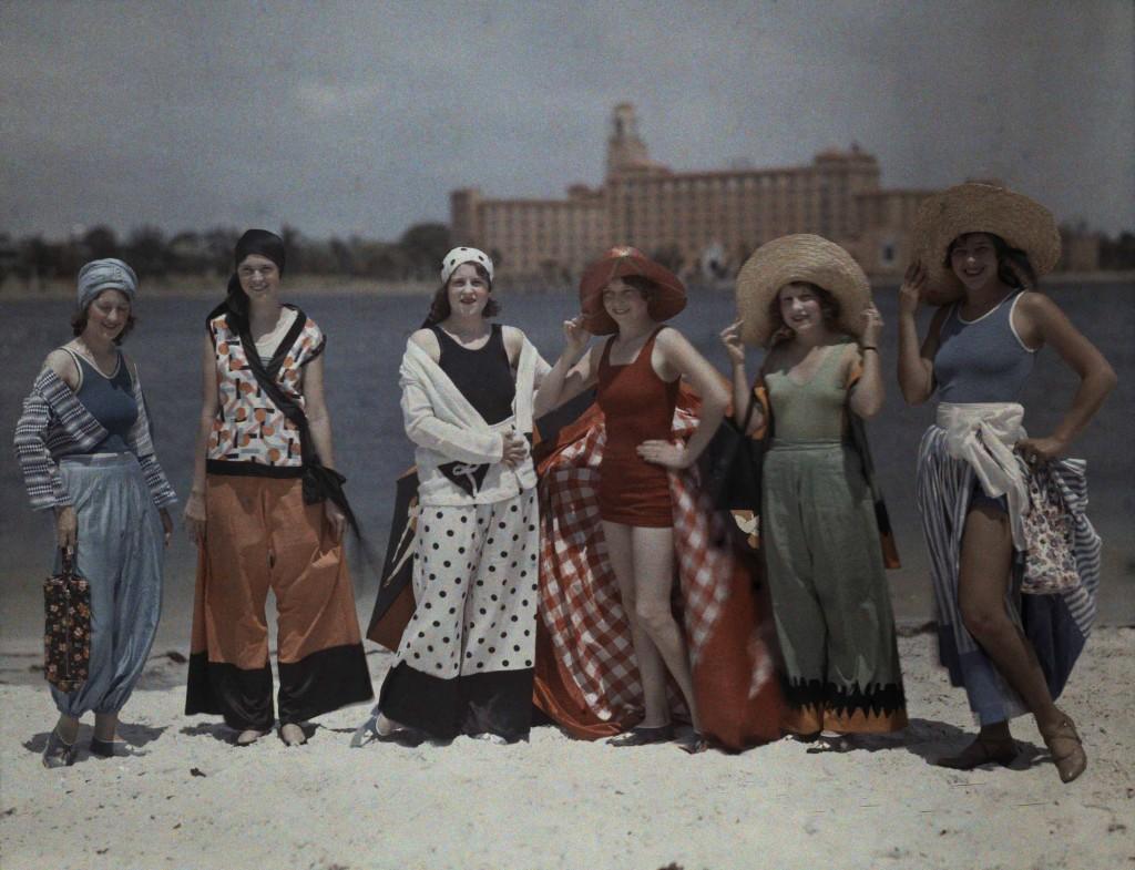 CLIFTON R.ADAMS Stati Uniti 1929 Donne in tenuta da spiaggia in posa sulla sabbia bianca della Florida.
