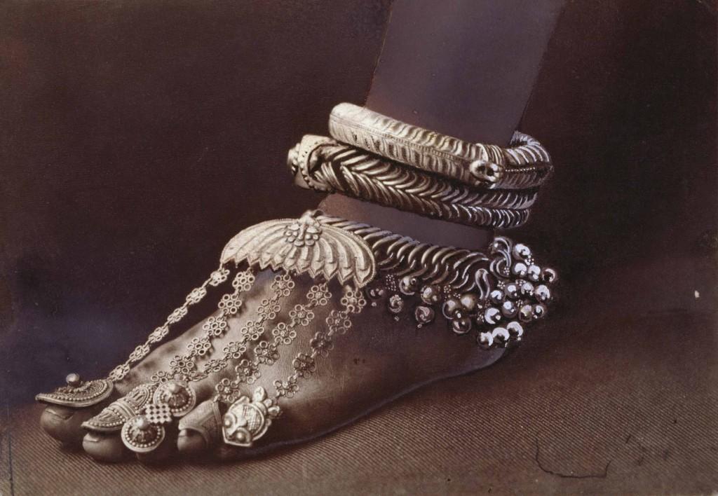 ELIZA R. SCIDMORE  Sri Lanka 1907  Sofisticate cavigliere e anelli da dita ornano il piede di una danzatrice tamil.