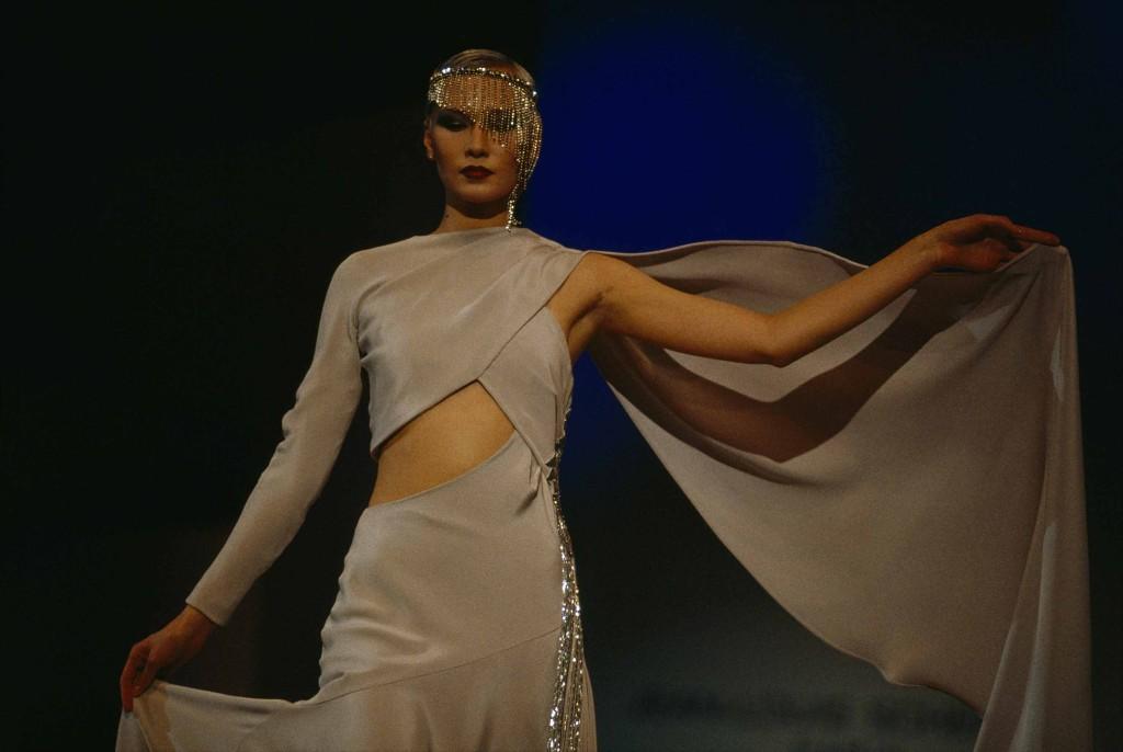 JODI COBB Russia Su una passerella moscovita, una modella sfila mostrando ogni dettaglio del suo elegante abito.