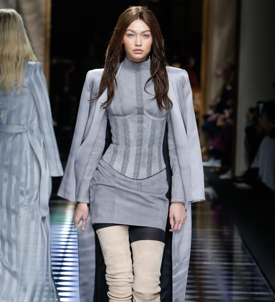 Balmain, Gig Hadid mora con mini skirt e corpetto