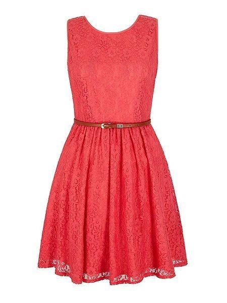 Vestito in pizzo con gonna a balze, color corallo, con cinturina per evidenziare il punto vita. Di Yumi
