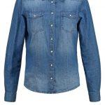 La camicia di jeans è n capo irrinunciabile, che si riesce ad abbinare su tutto. Di ONLY