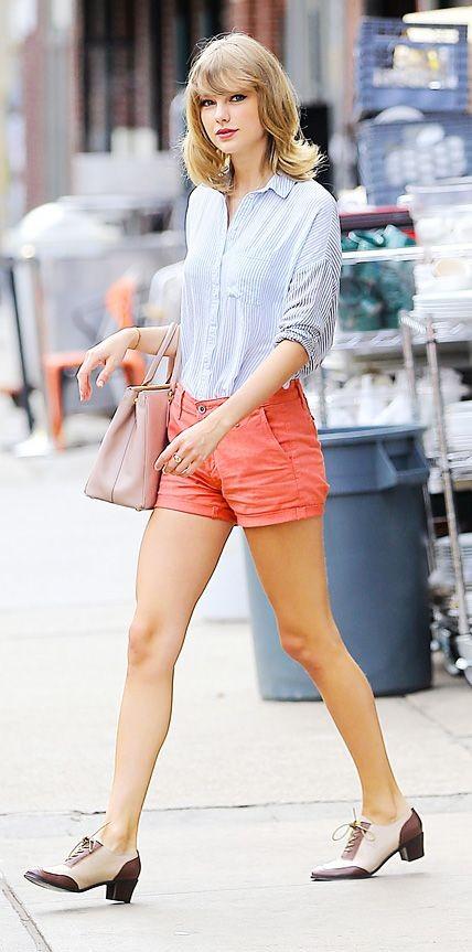 Shorts color pesca e camicia di jeans, uno stile fresco ed estivo