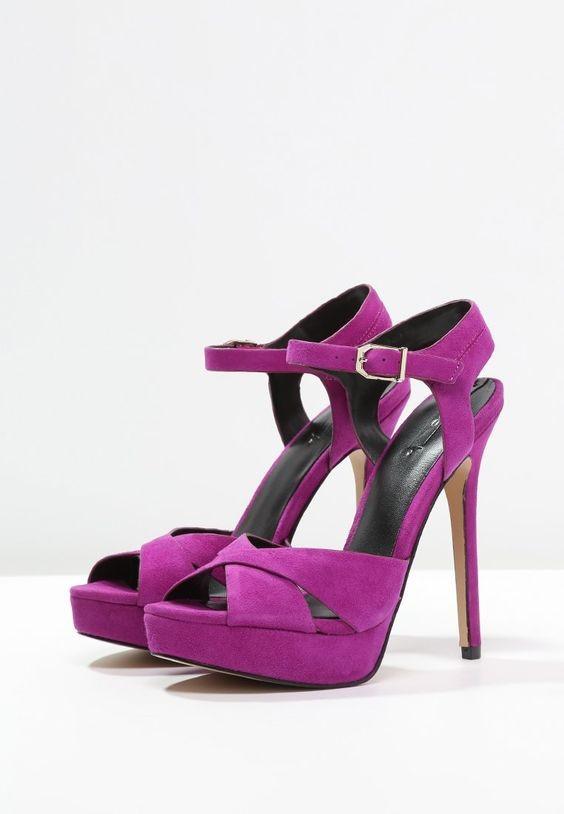 Aldo Shoes propone questo colorato modello di sandali con plateau color orchidea