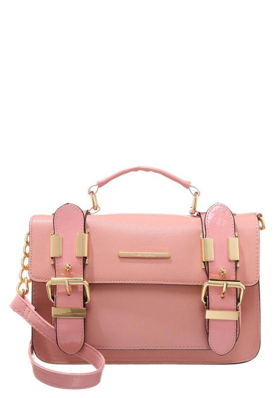 Per le amanti dei colori pastello in vista della primavera ideale è la tracolla rosa confetto di River Island
