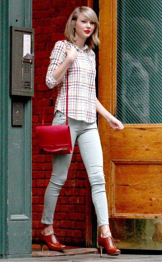 Skinny jeans, camicietta leggera e tracollina rossa, per una Taylor Swift fuori dai riflettori