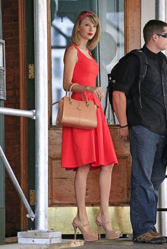 Taylor punta spesso su abiti colorati a tinta unita, come questo corallo. Abbinandoci scarpe e borse color carne