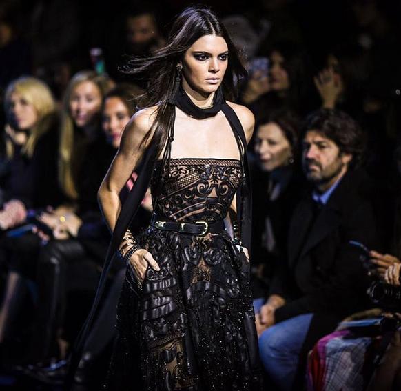 Elie Saab, Kendall Jenner abito in pizzo nero con dettagli in pelle