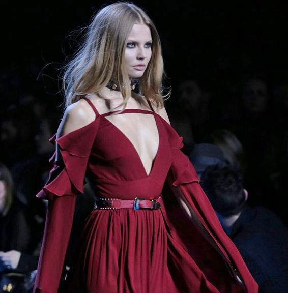 Elie Saab long dress rosso dalla texture leggera
