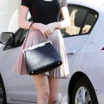 Borsa a mano nera in contrasto con le ballerine bordeaux rasoretta. Taylor Swift riesce ad essere sempre sofisticata