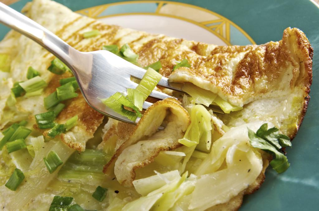 La frittata ai porri si può preparare in padella o, per una versione light, al forno.