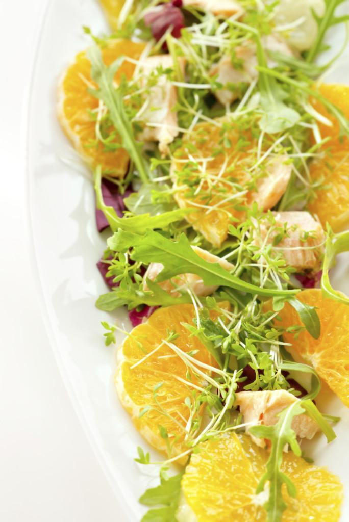 L'insalata può essere arricchita con gli agrumi che le danno un sapore più fresco e deciso.