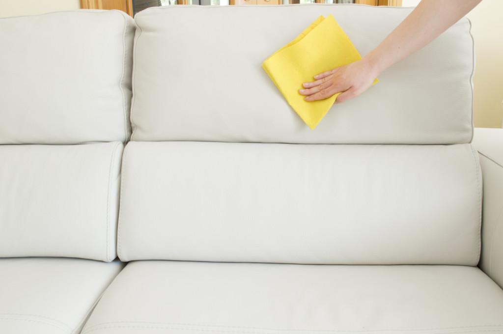 Per la pulizia standard del divano bastano alcuni piccoli accorgimenti che ne allungheranno di molto la vita.