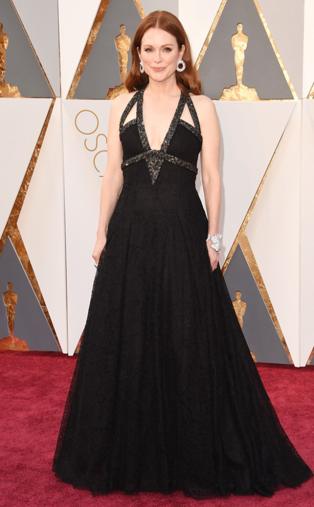Un altro anno con Chanel per Julianne Moore che anche quest'anno si è affidata all maison francese per il suo outfit