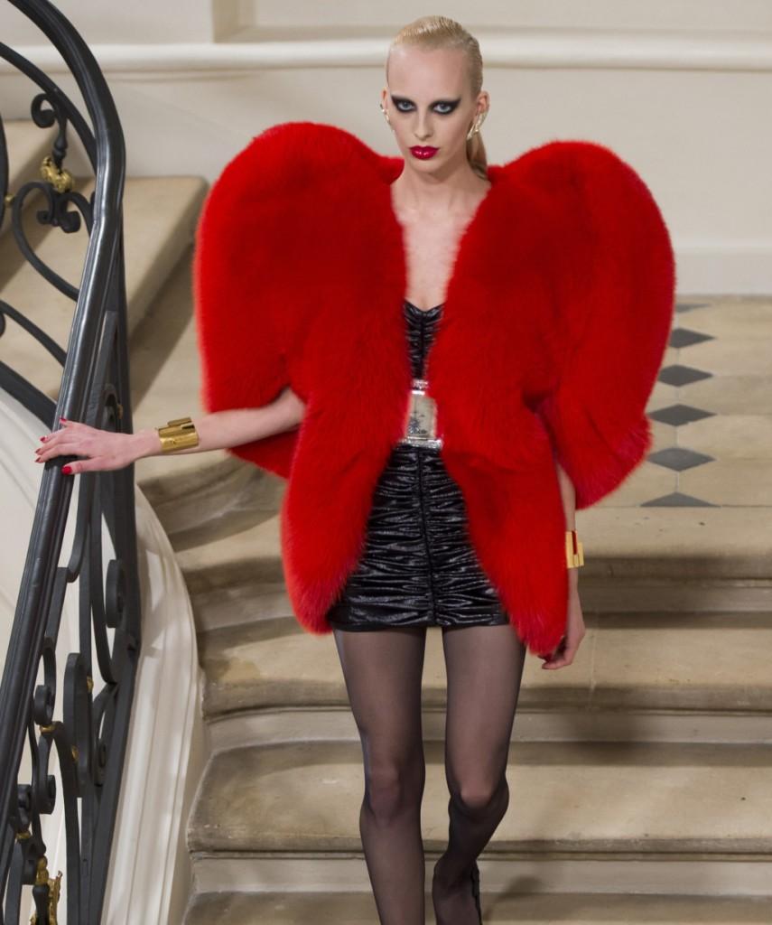 Saint Laurent pelliccia rosso fuoco a forma di maxi cuore